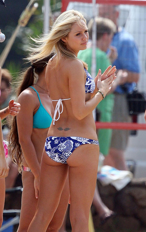 Laura Vandervoort ass is hot in a bating suit