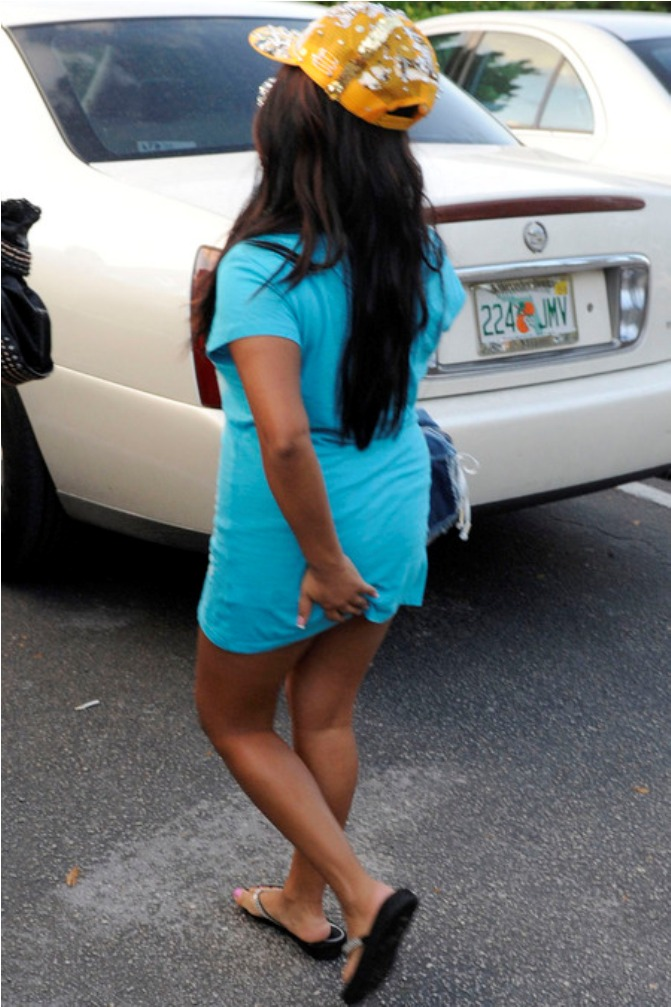 snooki picks her ass when her underwear rides up skirt
