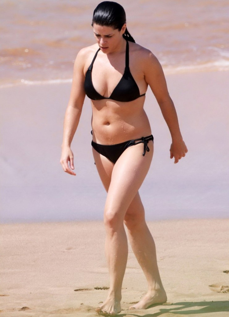 neve campbell bikini 741x1024 Neve Campbell In A Bikini Makes Me Want Pork Chops