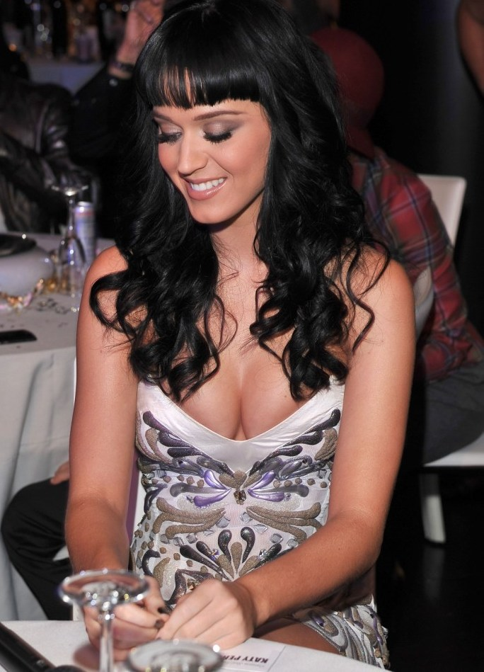 katy perry cleavage grammys Katy Perry Huge Cleavage & Upskirt At The Grammys