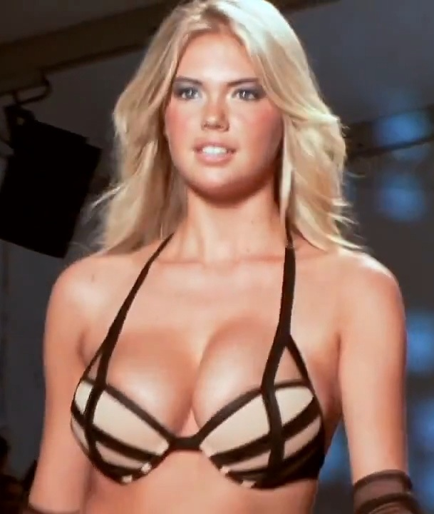 upton bouncing tits on runway 150x150 Kate Upton Almost Slips A Nip