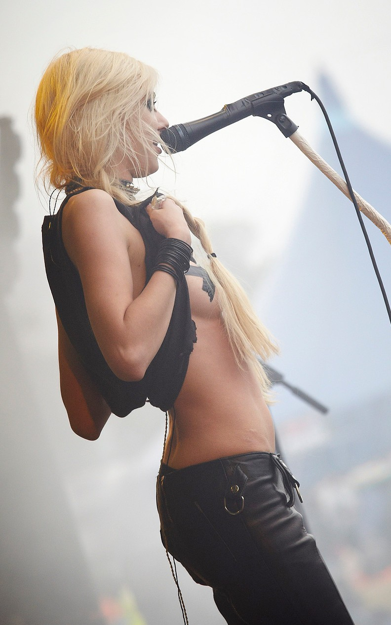 Taylor momsen flashes breasts