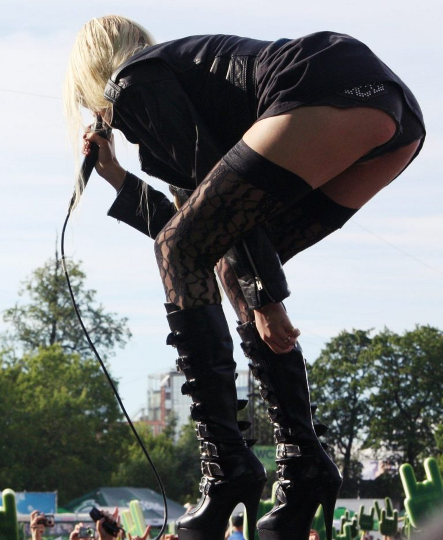 Care To See Taylor Momsen's Newly Barely Legal Vagina Slip?