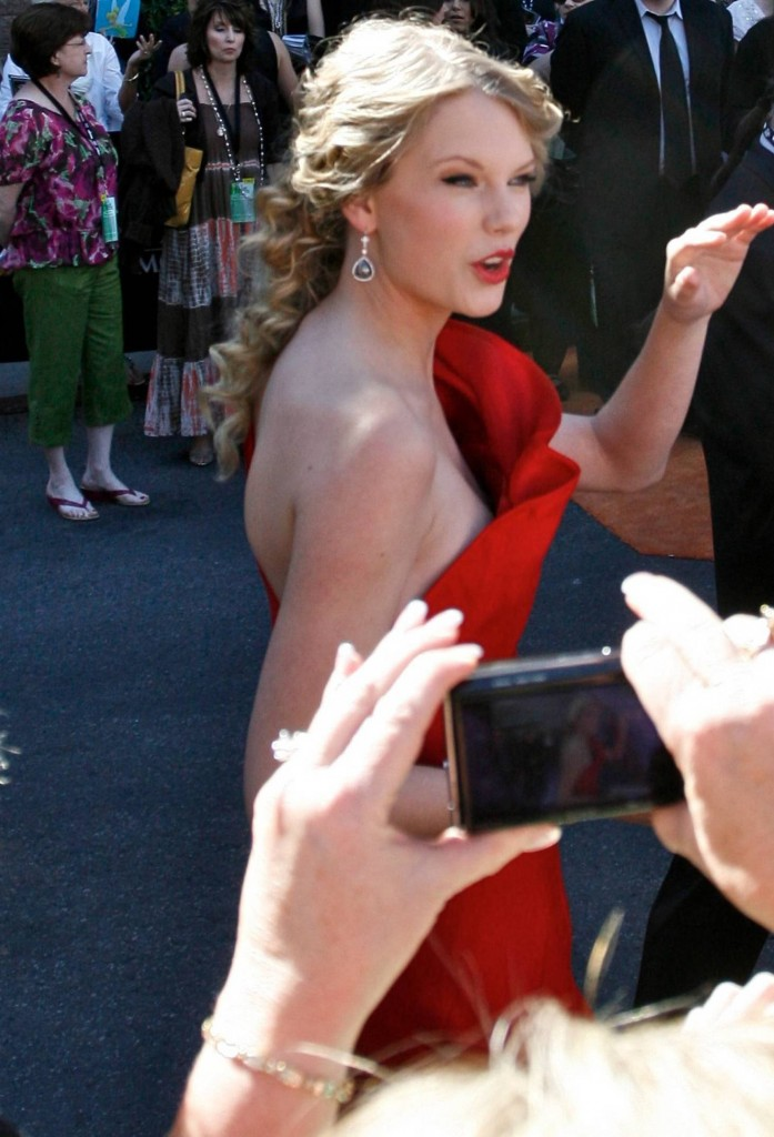 taylor swift braless nipple slip on the red carpet